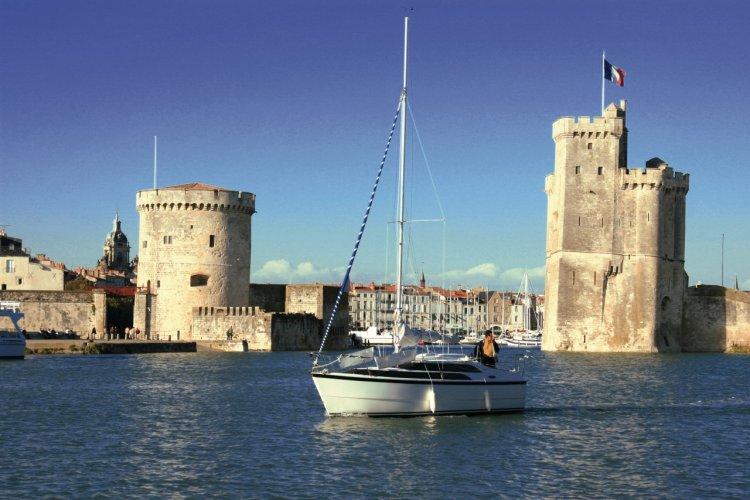 Bateau devant les tours de La Rochelle - © Claude COQUILLEAU - Fotolia