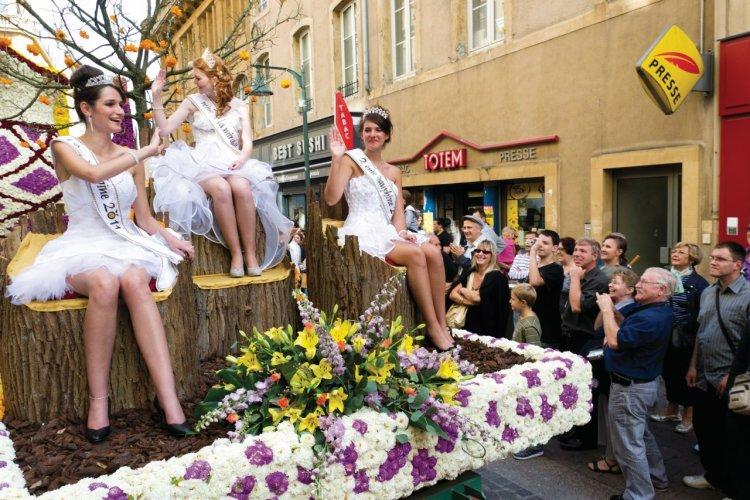 La reine de la mirabelle et ses dauphines lors de la parade de la Mirabelle - © Nicolas Rung - Author's Image