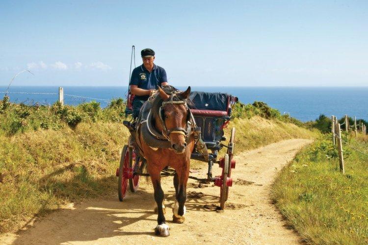 Calèche parcourant l'île de Sercq. - © Images courtesy of VisitGuernsey / Chris George