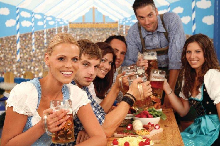 L'Oktoberfest se célèbre en famille ou entre amis autour de vastes tablées. - © Werner Heiber - Fotolia