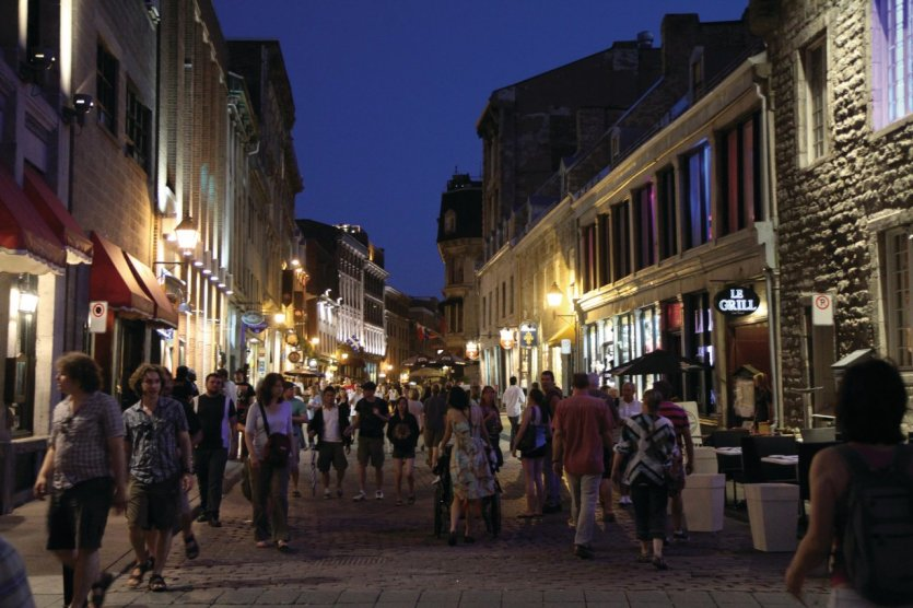 Rue Saint-Paul dans le Vieux-Montréal au crépuscule.