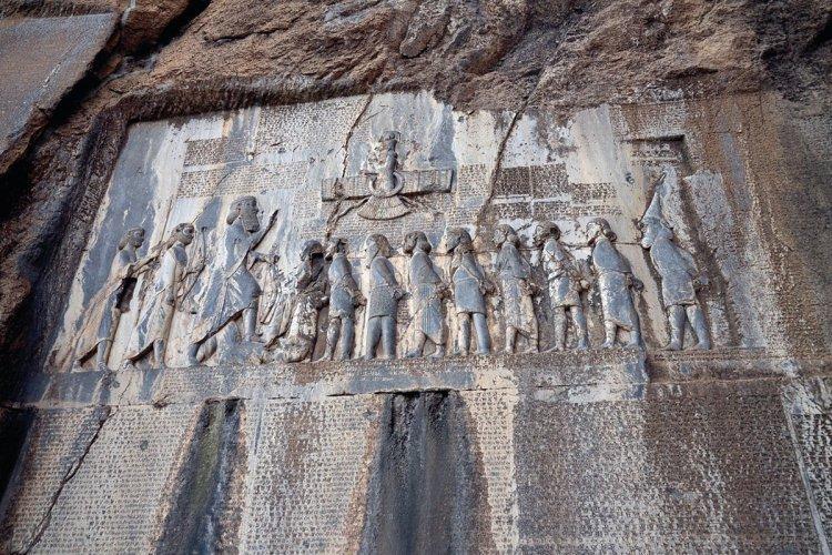 Les inscriptions de Behistun. - © MARCOPOLO IRAN TOURING CO