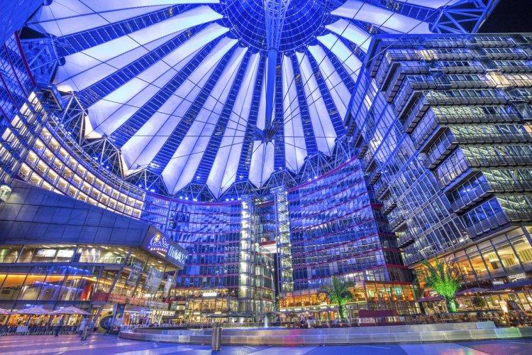 Le Sony Center de la Potsdamer Platz vu de nuit. - © bluejayphoto  - istockphoto