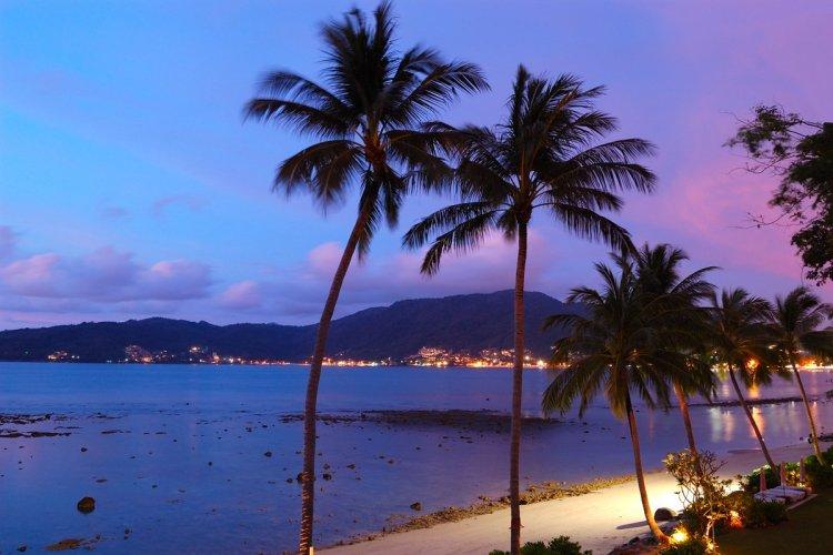 La plage de Patong est à voir le soir, lorsque la mer retrouve son calme. - © slava296 - iStockPhoto