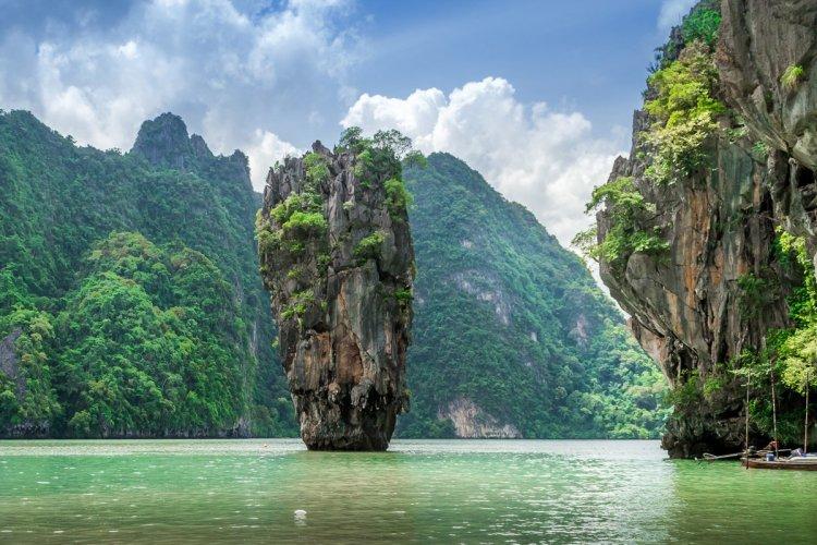 James Bond Beach permet aussi de découvrir le Monkey Temple. - © chrisinthai - iStockPhoto