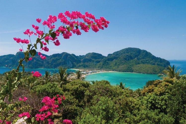 Les deux îles de Ko Phi Phi sont reliées par un interminable bandeau de sable blanc. - © Holger Mette - istockphotos