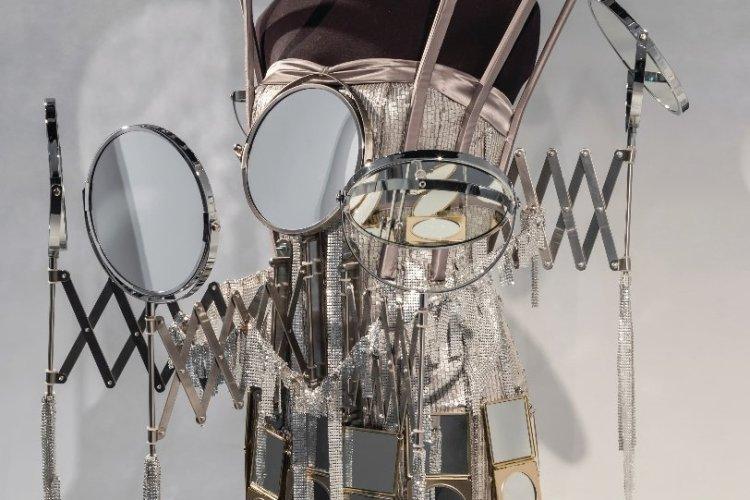 Robe en mousseline agrémentée de miroirs. - © Fred Collier.