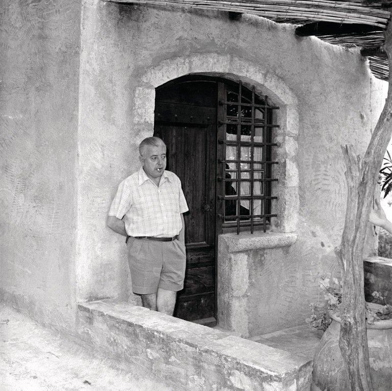 Jacques Prévert devant sa maison à Saint-Paul de Vence - © © Office de Tourisme de Saint-Paul de Vence - Jacques Gomot