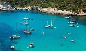 Navigation sur les eaux turquoises de Minorque.