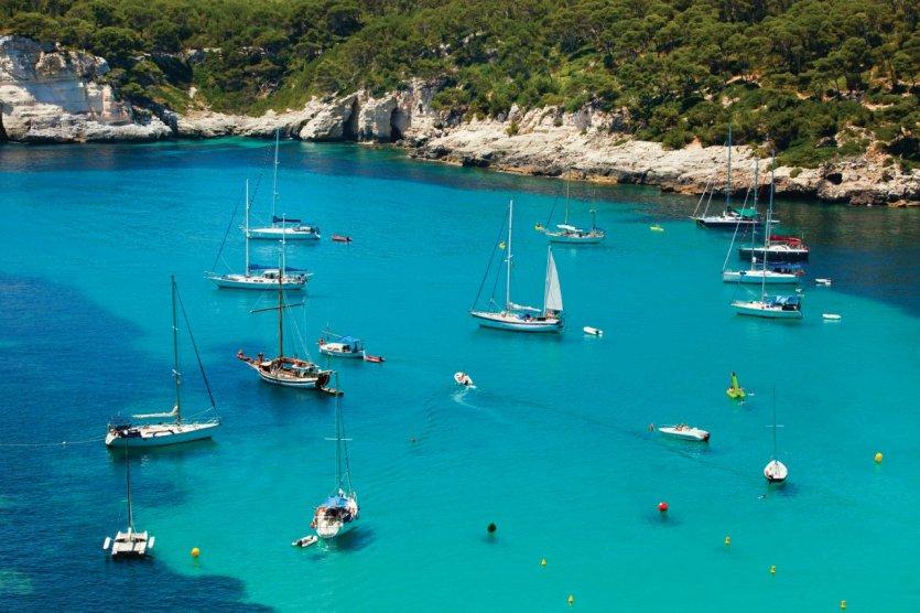 Navigation sur les eaux turquoise de Minorque.