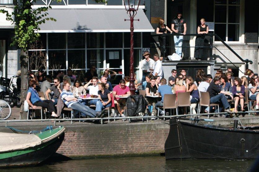 Terrasse de café en bord de canal.