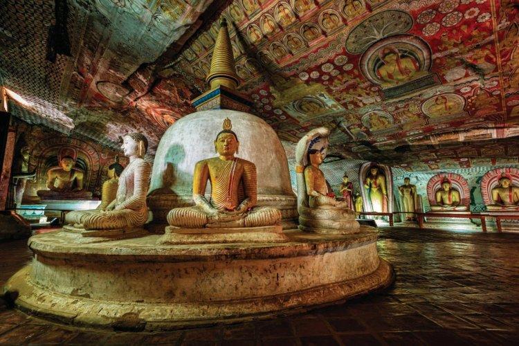 Statue de Bouddha dans le temple d'Or de Dambulla. - © hadynyah