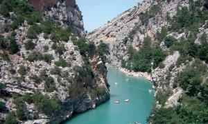 Canoés et barques à pédales sur le lac de Sainte-Croix - Gorges du Verdon