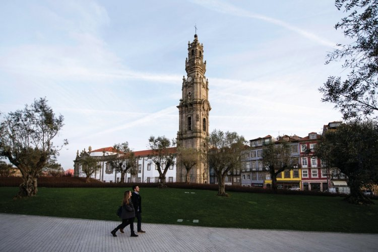 Promenade près de la Tour des Clercs à Porto. - © Filipa Brito