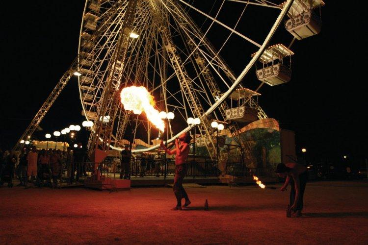 Cracheur de feu, pendant le Festival d'Avignon - © Serge di Marco - Fotolia