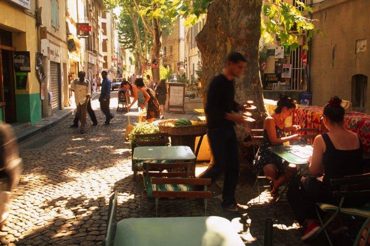 Festival du Theatre. La rue des Teinturiers est un endroit majeur du festival. - © Sime