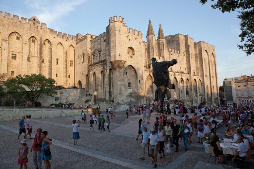 Devant le Palais des Papes d'Avignon. - © Avignon Tourisme - Yann de Fareins Noir d'Ivoire