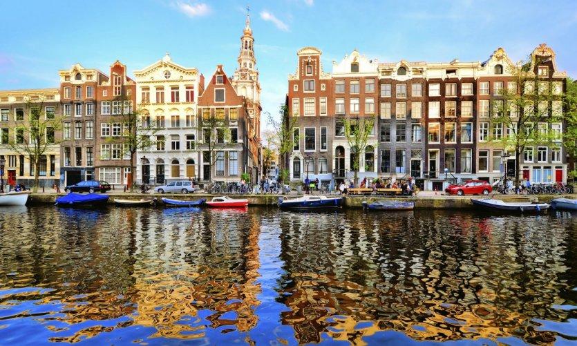 Jeu de lumières sur les canaux d'Amsterdam.
