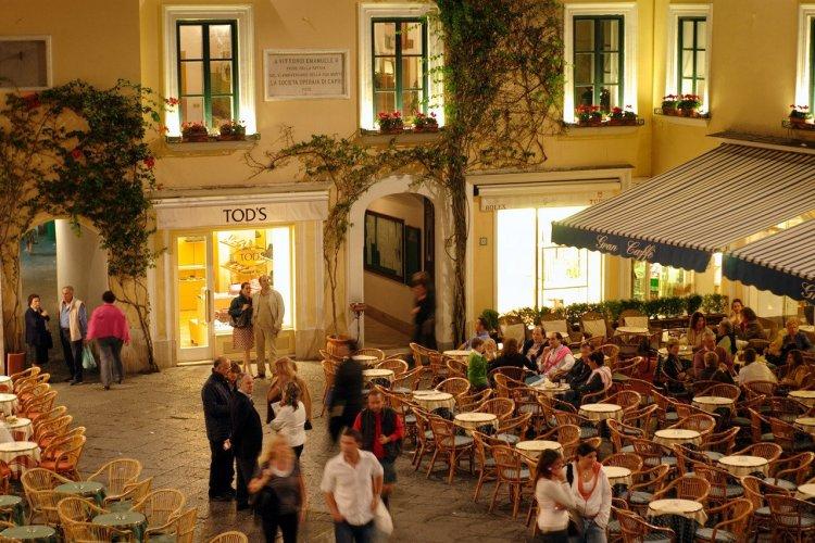 La Piazzetta en soirée. - © Azienda Autonoma Cura Soggiorno e Turismo Isola di Capri