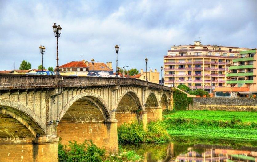 Le vieux pont sur la rivière Adour.