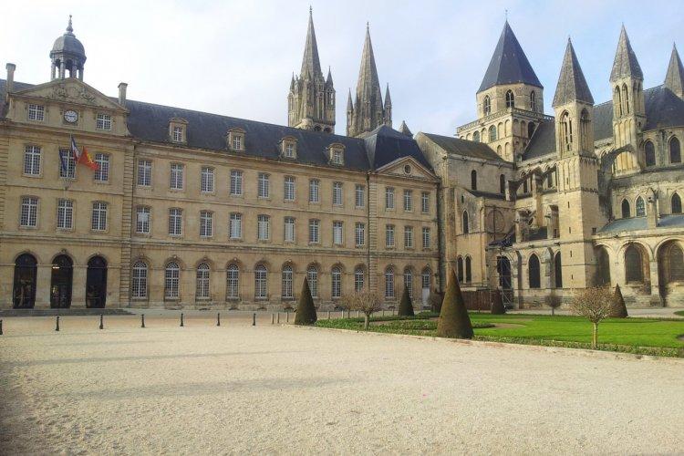 L'Hôtel de ville et l'abbaye aux Hommes. - © Anne CROCHARD