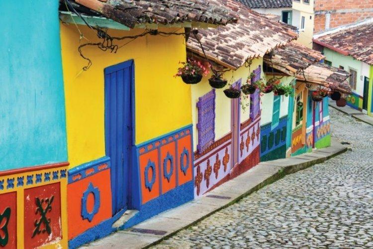 Colombie, Guatapé et ses rues colorées. - © DC_Colombia - iStock photo