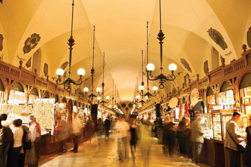 L'intérieur de la halle Sukiennice.