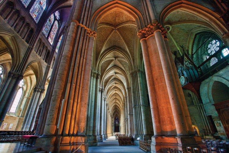 Du haut de ses 38 mètres, la nef de la cathédrale illustre les splendeurs de l'art gothique - © Sylvain SONNET