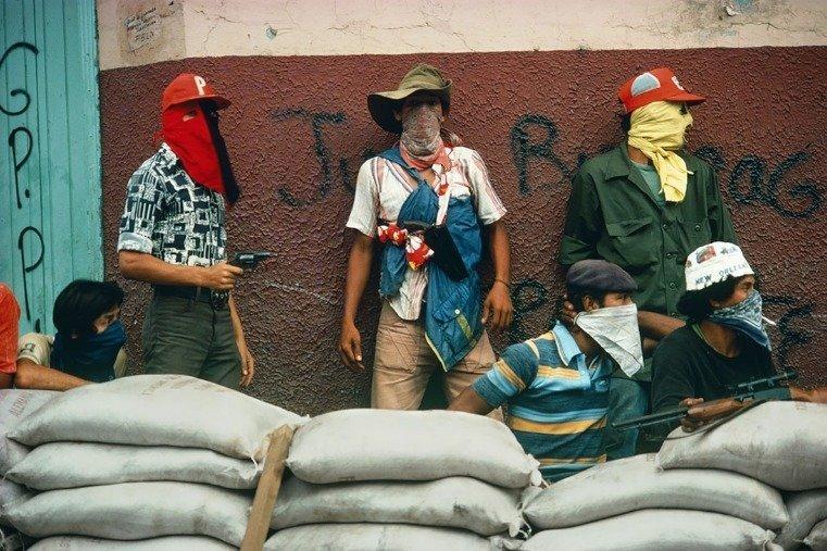 Muchachos attendant la riposte de la Garde nationale, Matagalpa, Nicaragua, 1978 - © Susan Meiselas