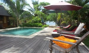 La piscine, avec océan en toile de fond
