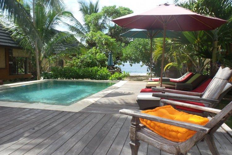 La piscine, avec océan en toile de fond - © Green Lodge