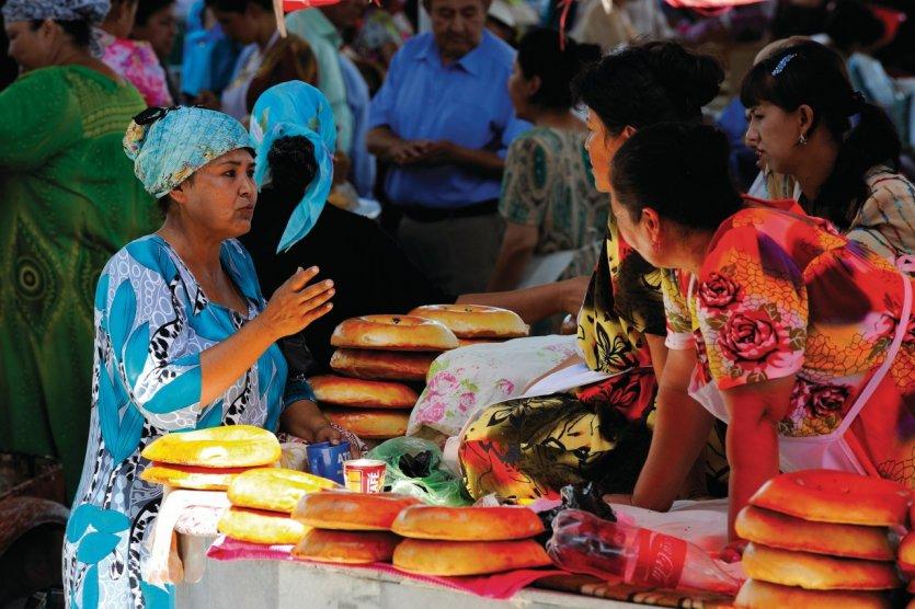 Étal de vente de pains traditionnels au bazar de Samarkand.