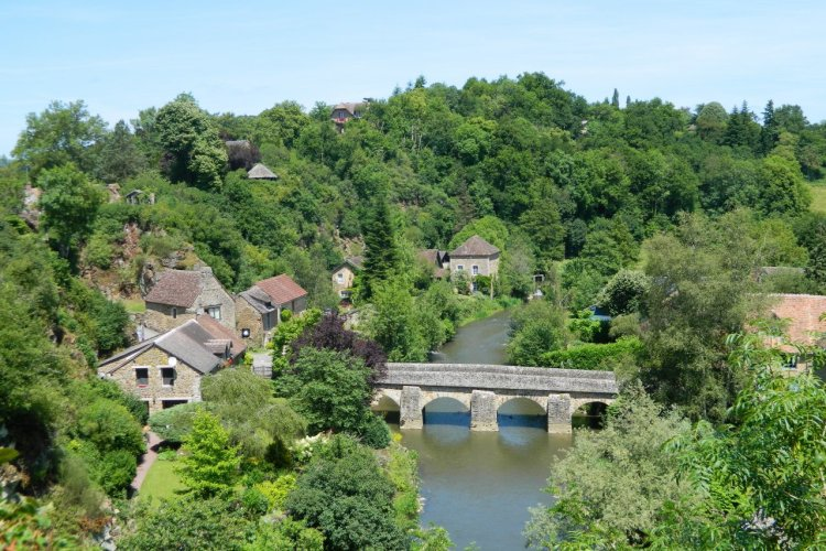 Saint-Céneri-le-Gérei, plus beau village de France. - © Parc naturel régional Normandie-Maine