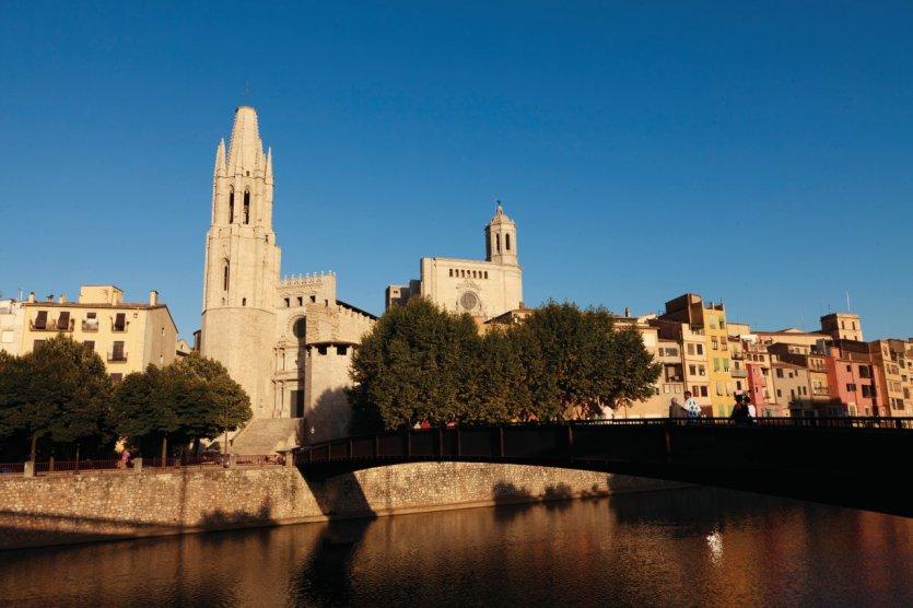 Vieilles maisons sur la rivière Onyar avec la cathédrale de Girona.