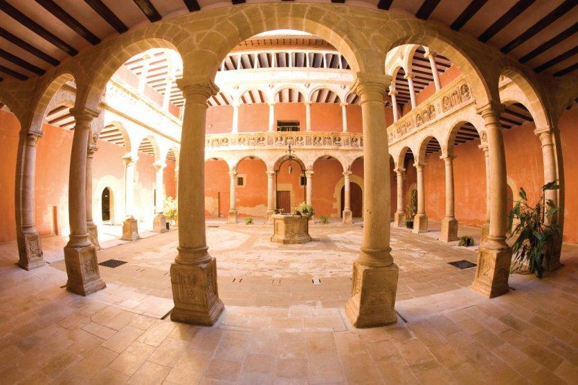 Le cloître et sa galerie d'arcades.