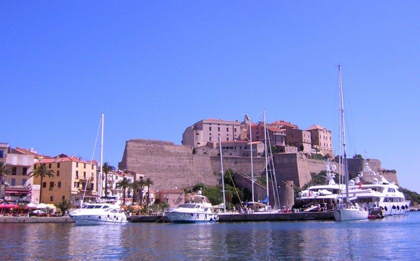 Bateaux et citadelle.