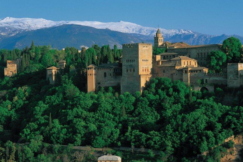 L'Alhambra, véritable cité entourée de murailles, est l'un des joyaux de la ville de Grenade.