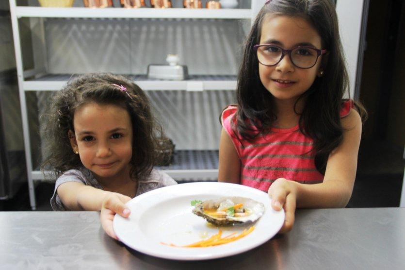 Enfants apprenant la cuisine d'huître