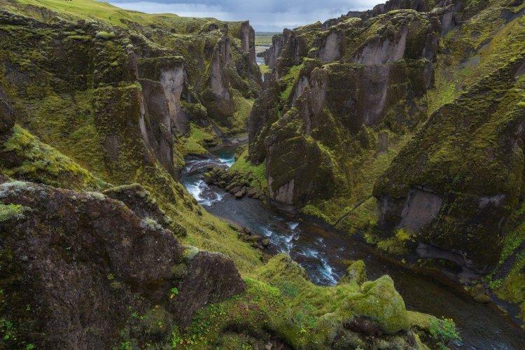 Le canyon Fjaðrárgljúfur situé dans le sud de l'Islande - © guidetoiceland