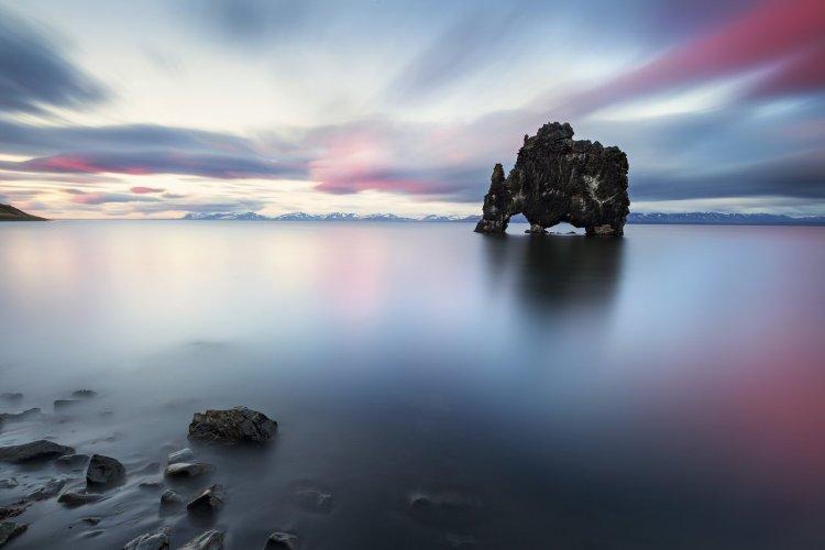 Hvítserkur, situé dans le nord de l'Islande ressemble à un animal buvant l'eau de l'océan - © guidetoiceland