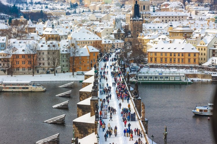 Le pont Charles sous la neige - © S-F - Shutterstock.com