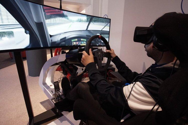 Simulateur de course automobile en VR - © Virtuel Center Montparnasse