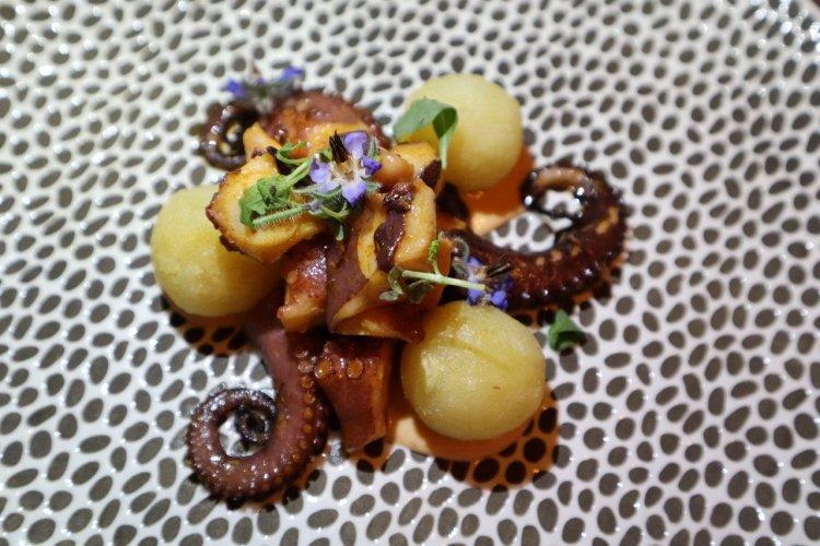 Poulpe de Tambor à la galicienne cuisiné à la braise avec poivrons, gnocchis de pomme de terre, aïoli de chipote. - © Laurent BOSCHERO