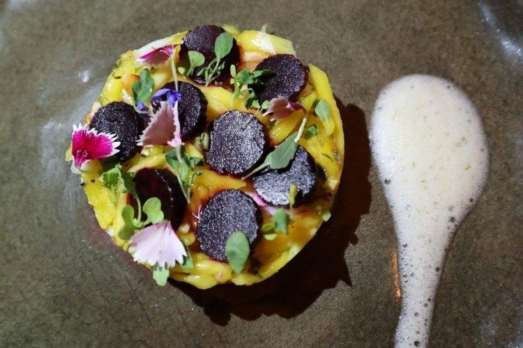 Salade de mangue betterave, avec vinaigrette à l'eau de coco et sauce à base d'arêtes de poisson. - © Laurent BOSCHERO