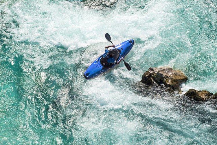 Kayak sur eaux turquoises, Canada - © Getty Images
