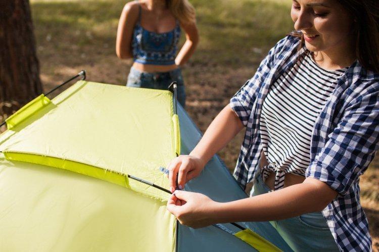 Vérifier son matériel de camping - © igor _ kell - stock.adobe.com