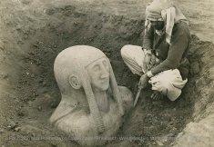 Découverte de la grande statue funéraire de Tell Halaf le 12 mars 1912. - © Fondation Max Freiherr von Oppenheim / Rheinisch-Westfälisches Wirtschaftsarchiv, Cologne