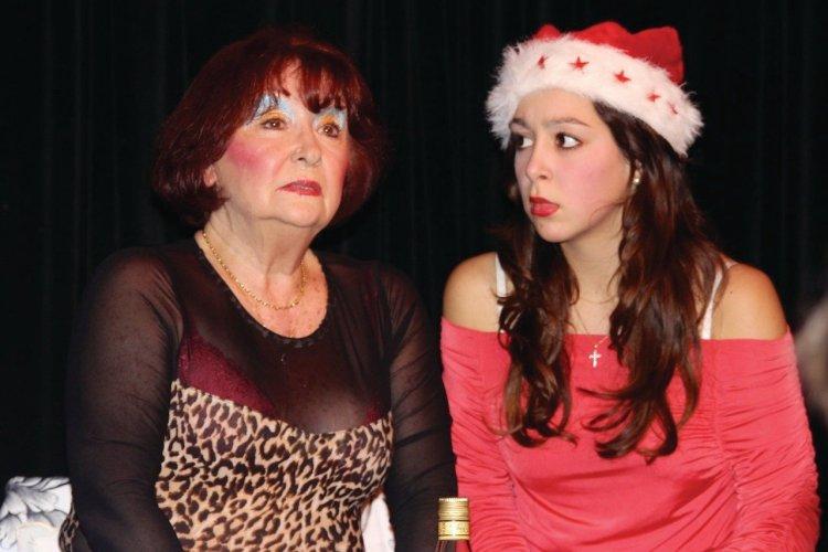 Babeth (Françoise Dehlinger) et Anne-Sophie (Violette Barratier) pendant le réveillon de Noël... - © Lisa Picovschi