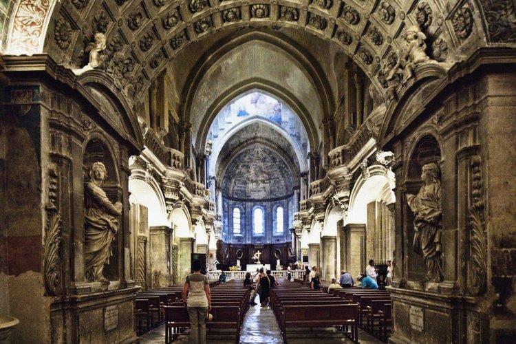 Intérieur de la cathédrale Notre-Dame des Doms - © Luigi Vaccarella - Sime - Photononstop