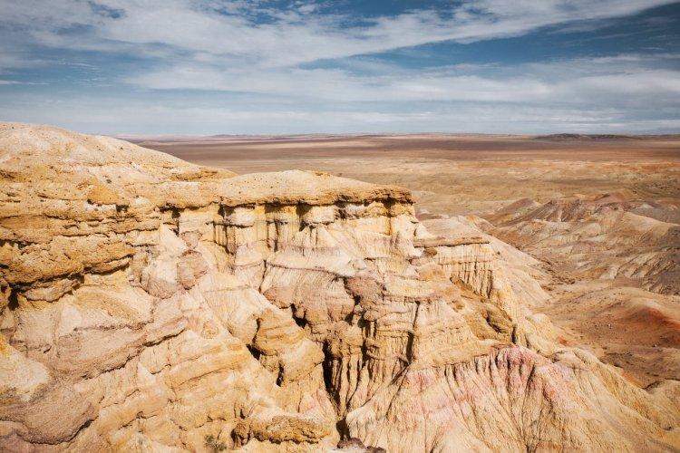 Les falaises de Bayanzag dans le désert de Gobi, Mongolie - © pius - iStockphoto.com